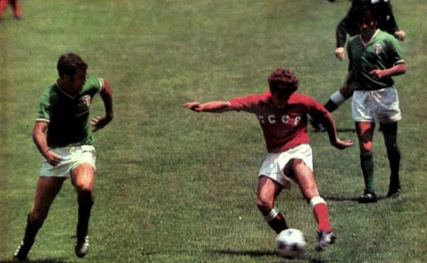 Muntian ensaya un tiro ante Peña. El capitán mexicano anduvo atento en general. (Foto: revista Shoot)