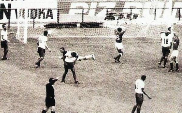 La celebración del gol que abrió la victoria de los soviéticos, nuevamente obra de Byshovets. (Foto: Pinterest)