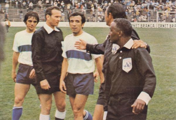 Boninsegna y Cera se le van encima al árbitro brasileño de Moraes al final del partido. Los italianos terminaron muy enfadados por los dos goles que les fueron anulados. (Foto: Pinterest)