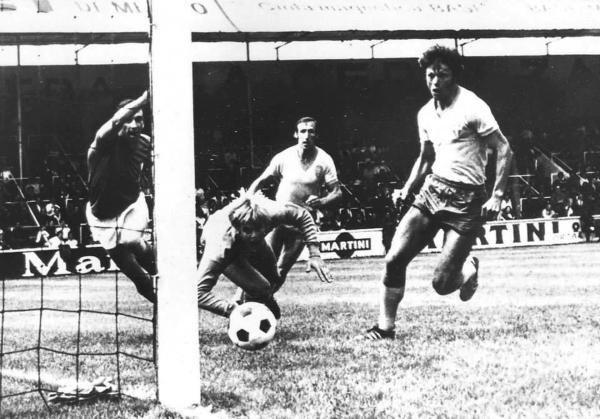 Hellström fue el villano de la película con el balón que se le escurrió para el gol italiano. (Foto: Pinterest)