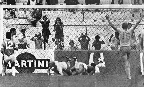 Turessen puso así el gol de la ventaja para Suecia. Luego resultaría insuficiente. (Foto: Pinterest)