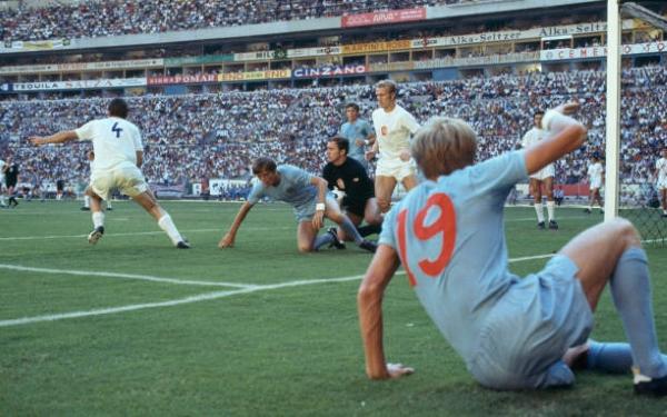 Bell observa desde el suelo la acción de riesgo en el arco checoslovaco. Los ingleses lograron el resultado que requerían. (Foto: Pinterest)