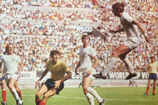 Peters como toda la tarde en Guadalajara: elevándose para cabecear hacia el arco rumano. (Foto: revista Shoot)