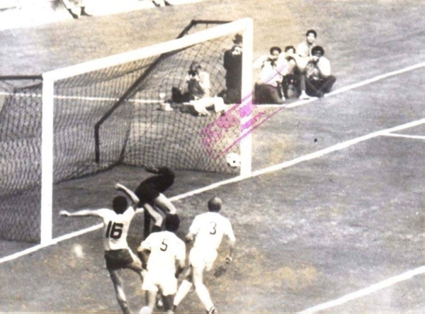 Neagu le cruza el balón a Vencel y decreta la igualdad en el marcador. (Foto: Pinterest)