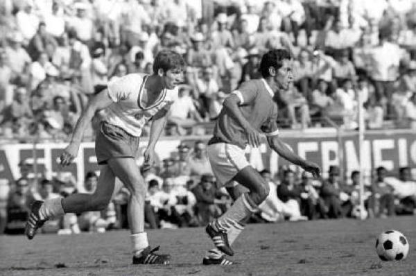 En defensa, Perú no la tuvo fácil ante los duros búlgaros. Aquí Fuentes sale con balón dominado. (Foto: Pinterest)