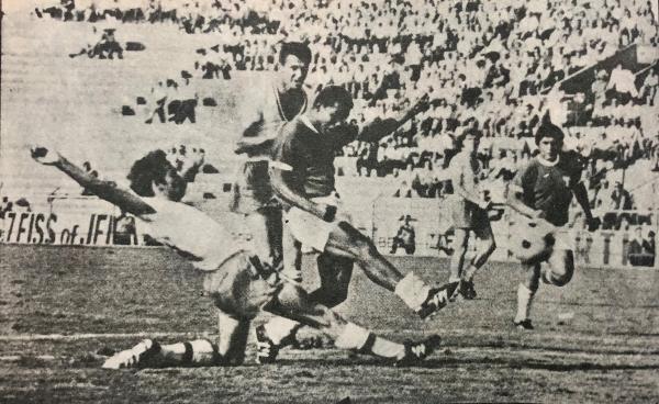 La precisión de Cubillas para mandarla adentro a la carrera y sellar el tercer gol peruano. (Foto: libro 'Goles con Historia', Teodoro Salazar Canaval)