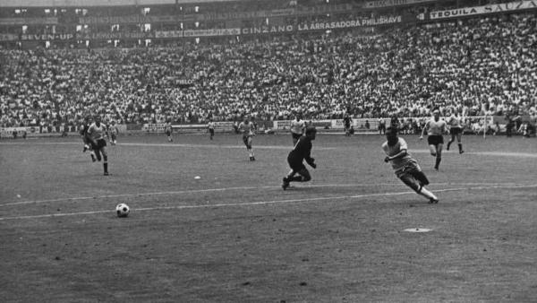 Pelé y su acción de antología ante Mazurkiewicz: estuvo a nada de rubricar la goleada de modo inmejorable. (Foto: Pinterest)