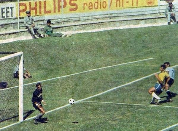 El tiro cruzado de Cubilla sorprende a Félix y decreta la apertura del marcador en el Jalisco. (Foto: Pinterest)