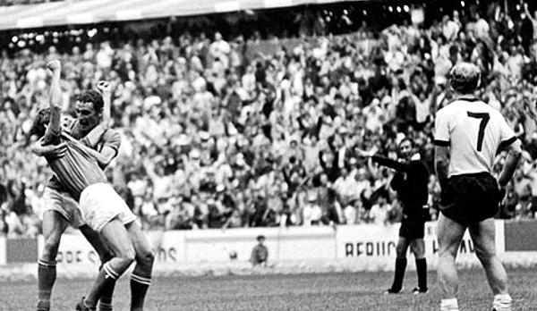 Yamasaki cobrando el gol de Gianni Rivera que le dio el triunfo a Italia por 4-3 sobre Alemania en México 1970 (Foto: puntodincontro.com.mx)