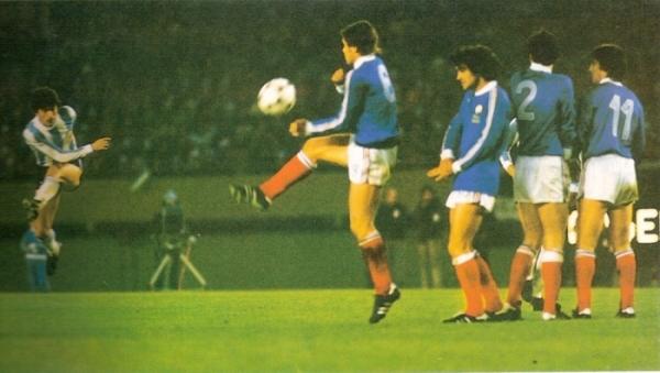 Gol de Daniel Passarella a Francia en Argentina 1978. Los galos cayeron 2-1 ante los anfitriones. (Recorte: Historia Mundial del Fútbol, Editorial Océano)