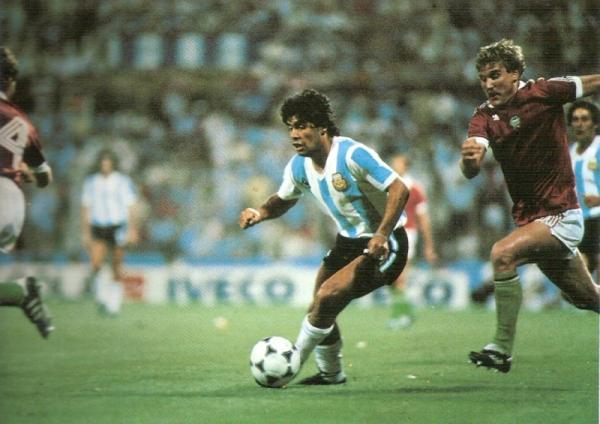 Diego Armando Maradona en acción en el Argentina 4 - Hungría 1 de España 1982 (Recorte: Historia Mundial del Fútbol, editorial Océano)