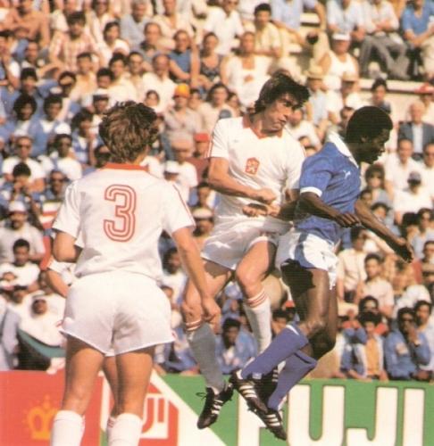 Escena del Checoslovaquia - Kuwait de 1982, primer partido mundialista del DT Carlos Alberto Parreira (Foto: Historia Mundial del Fútbol, Editorial Océano)