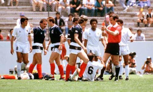 Joel Quiniou anotándose otro récord: la expulsión más rápida en un Mundial, al uruguayo José Batista frente a Escocia en 1986 (Foto: theguardian.co.uk)