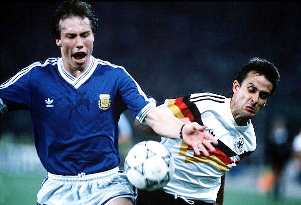 Roberto Sensini traba una jugada con Pierre Littbarski en la última final que tuvo a Argentina y Alemania como protagonistas antes de Brasil 2014 (Foto: AFP)