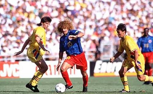 En Estadios Unidos 1994 'El Pibe' Valderrama la tuvo complicada para elaborar el juego colombiano por la disposición defensiva rumana (Foto: AFP)