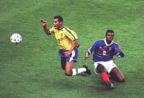 Marcel Desailly barre a Cafú en la final de 1998. El francés vería su segunda amarilla en ese partido y sería expulsado por dicha acción (Foto: blogger.com)