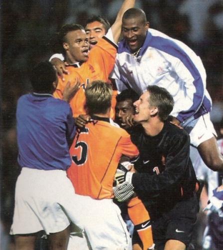 Edgar Davids es felicitado por sus compañeros tras su agónico gol a Yugoslavia en el Mundial 1998 (Recorte: revista Don Balón Perú)