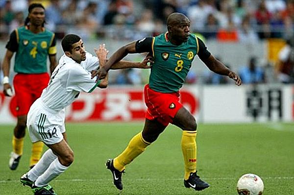 La FIFA le dijo no a Camerún y los chalecos que usaron en las eliminatorias. En tienda africana se decidieron por añadir mangas de color negro (Foto: AFP)