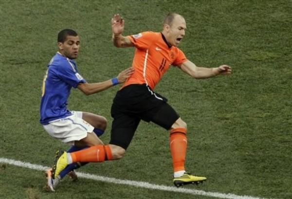 COMENZÓ MANSO. Arjen Robben mostró un juego bastante previsible en la primera fracción y fue bien cojurado, como acá lo demuestra Dani Alves (Foto: AP)