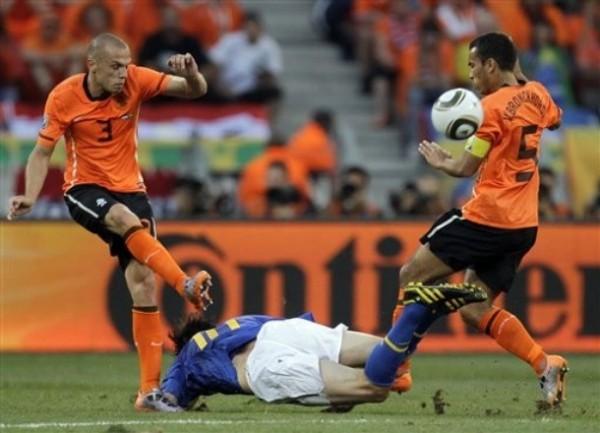 LE QUITA LAS IDEAS. Entre Heitinga y Van Bronckhorst se encargan de neutralizar a Kaká, quien tuvo unas de cal y otras de arena (Foto: AP)