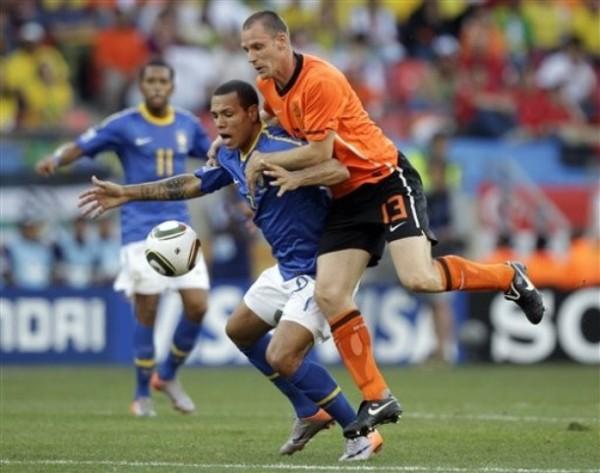 EL PRIVILEGIO DE SALTAR. En la imagen, André Ooijer intenta contener a Luis Fabiano, de participación irregular. El defensor tulipán alineó a última hora por una lesión de Mathijsen (Foto: AP)