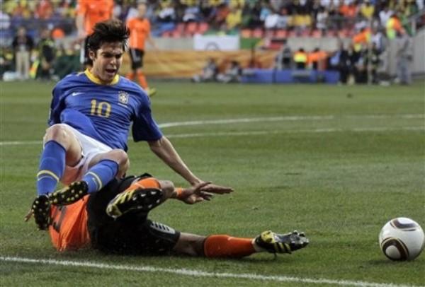 PARA LLORAR. Pese a su constante despliegue en la ofensiva verdeamarelha, Kaká no tuvo la fortuna de penetrar el cerco de su rival. Acá es estorbado por Heitinga (Foto: AP)