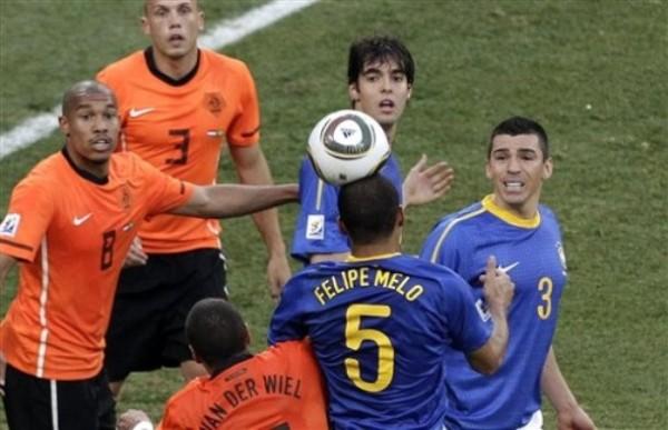 CABEZA DE MELÓN. Esta no es la jugada del infortunio, pero Felipe Melo ya empezaba a dar muestras de riesgo en su propio pórtico (Foto: AP)