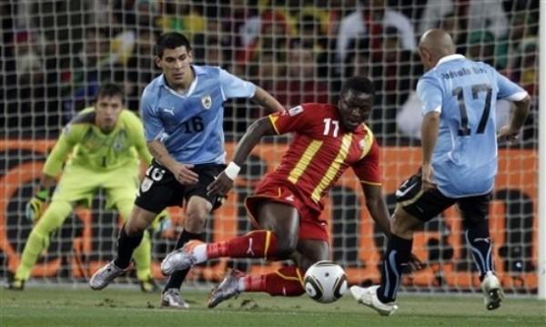 SU LEY: LA FUERZA. Muntari va en busca del esférico ante la presencia de Arévalo Ríos. El '11' ghanés abrió el marcador con un zurdazo de larga distancia (Foto: AP)