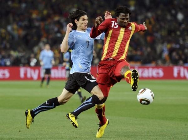SIEMPRE CON FUERZA. Cavani y Vorsah van en disputa del balón. El '7' charrúa fue sacrificado y jugó como volante por izquierda (Foto: AP)