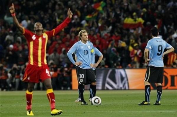LE DIO SORPRESA. John Pantsil agradece al cielo por el gol de Muntari a poco de finalizar el primer tiempo. Forlán y Suárez lo lamentaron mucho (Foto: AP)