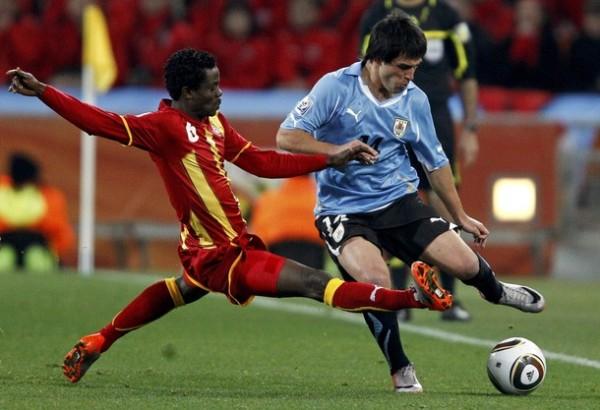 LODEIRO LO DIO. Nicolás Lodeiro entró con buen pie y le dio movilidad a Uruguay. En esta estuvo marcado por Anthony Annan (Foto: AP)