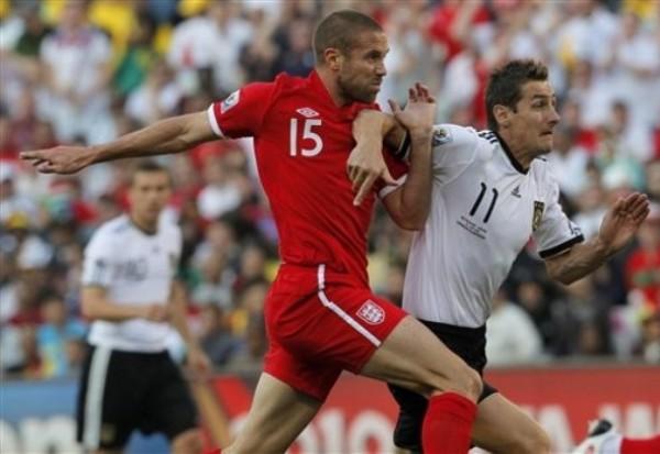 LUCHA SOLO. Upson busca controlar un embate de Klose. El defensor central del equipo inglés fue uno de los pocos que tuvo voluntad para seguir peleando durante todo el encuentro. (Foto: AP)