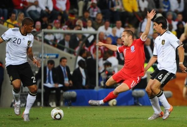 LOS BAJARON DE SU NUBE. La confianza de los ingleses por acceder a los cuartos de final se vio destruida por el contundente juego alemán. En la imagen, Joe Cole cae estrepitosamente luego de una entrada de Khedira. (Foto: AP)