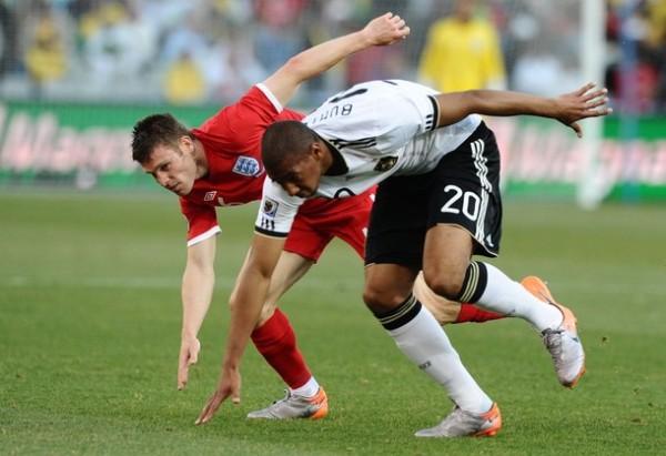 NUNCA SE CAEN. Boateng avanza rumbo al pórtico inglés a pesar de la marca de Milner. El lateral izquierdo alemán se proyectó constantemente durante el partido. (Foto: AP)