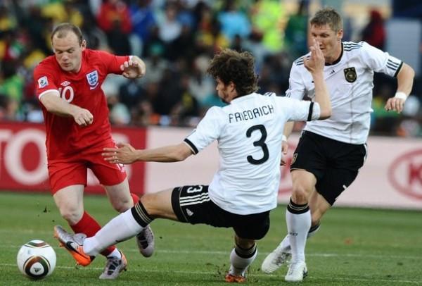 BIEN AJUSTADO. Friedichm logra detener una arremetida de Rooney. Durante el encuentro el delantero inglés no pudo vulnerar a una bien plantada defensa alemana. (Foto: AP)