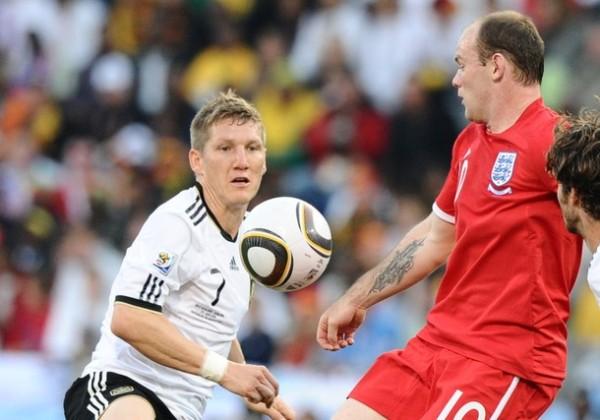NO DIÓ PIE CON BOLA. Rooney fue una sombra durante el partido. El delantero del Manchester estuvo peleado con el balón y no fue un peligro para la defensa germana. (Foto: AP)