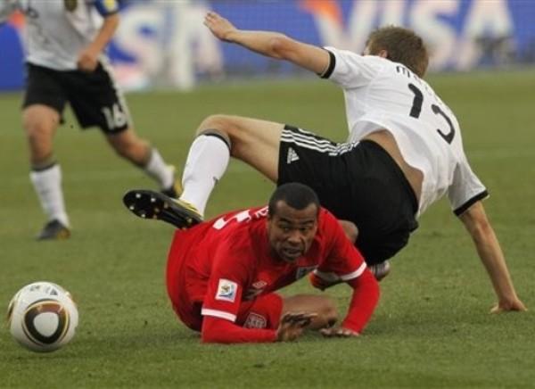 ES PARA LLORAR. Ashley Cole contempla cómo el balón se aleja de su presencia al perder en una jugada dividida contra Müller. (Foto: AP)