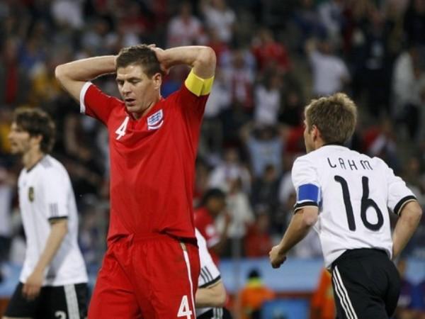 LAMENTO TOTAL. Gerrard se lamenta el pésimo partido de su selección que los condenó a la eliminación de Sudáfrica. (Foto: REUTERS)