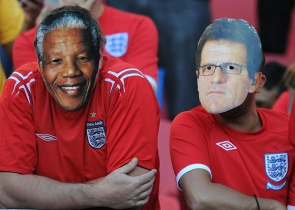 PARA NO VERLES LAS CARAS. Los hinchas ingleses se hicieron presentes en la tribuna con sus peculiares accesorios. (Foto: AP)