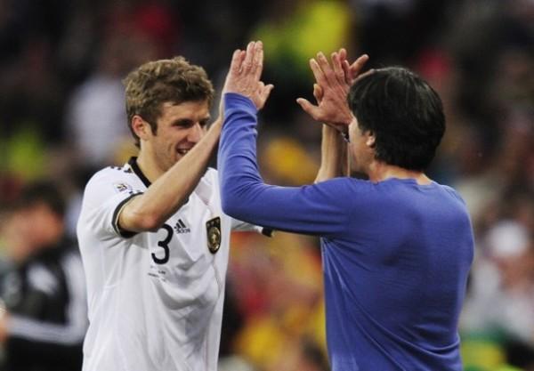 UNIDOS POR EL TRIUNFO. Low festeja con Friedichm la clasificación de su selección. Los germanos no pudieron pedir un mejor resultado para acceder a cuartos de final. (Foto: AP)