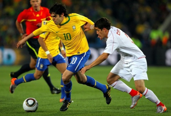 CARRERA A CUARTOS. Kaká tuvo un buen partido en un encuentro decisivo (Foto: AP)