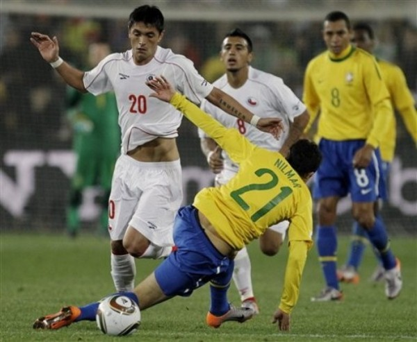 CHIQUILLO CON FUTURO. Nilmar no tuvo una actuación destacada pero está llamado a ser figura. Aquí cae ante Millar (Foto: AP)