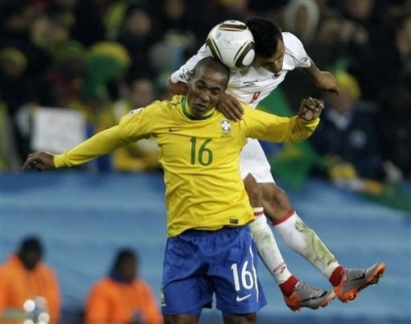 AGUANTA LA CARGA. Gilberto ingresó al final para asegurar el resultado (Foto: AP)
