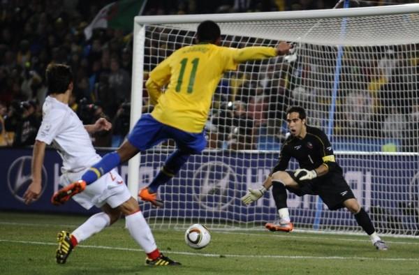 SE FUE DE ROBO. Robinho intenta sin suerte en esta ocasión. Luego marcaría el tercero (Foto: AP)
