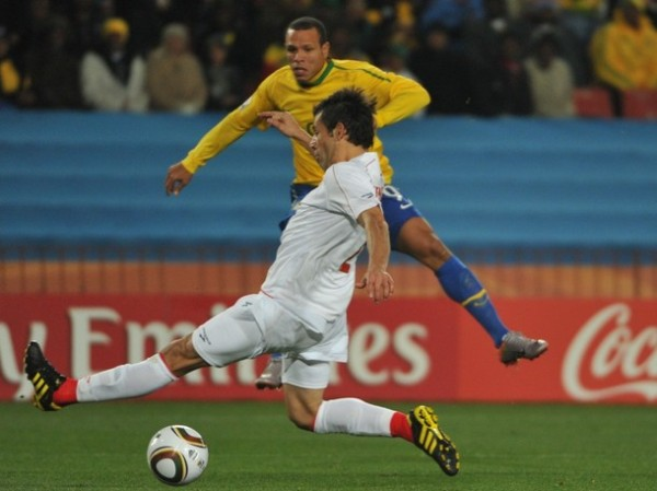 ABRE EL COMPAS. Luis Fabiano ya sacó el derechazo que no llegaría a la red. Consiguió una hermosa diana y quiere ser el goleador (Foto: AP)
