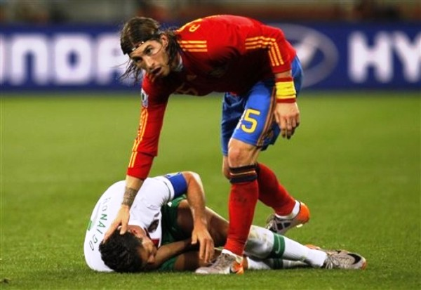 POR LOS SUELOS. El juego de Cristiano Ronaldo fue decepcionante ante España. Se esperaba mucho más del jugador del Real Madrid (Foto: AP)