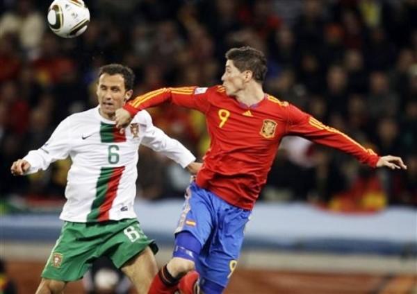 SIN DAR LA CARA. Torres fue otro de los jugadores que decepcionó dentro de la cancha. El 'Niño' nunca pudo con Carvalho y compañía (Foto: AP)