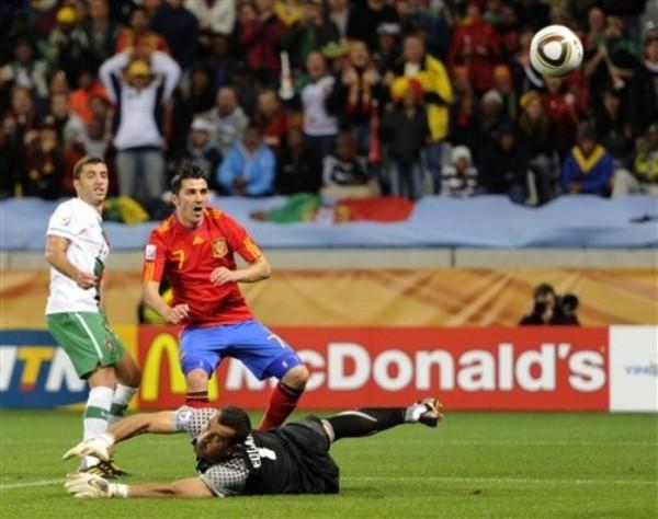 VILLA DEL TRIUNFO. Tras un rebote del arquero luso, David Villa convierte el gol que le dio la clasificación a su selección. Un fino toque de derecha bastó para darle la máxima alegría a España (Foto: AP)
