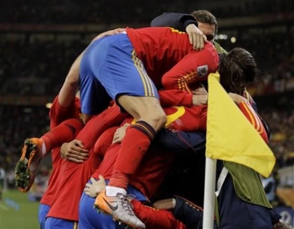 UN ÚNICO FESTEJO. Los jugadores españoles fueron a celebrar con Villa el gol que les otorgaba la clasificación a cuartos de final (Foto: AP)