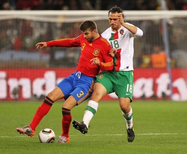 BIEN PLANTADO. Piqué no se deja ganar la posición y logra controlar el balón ante la arremetida de Hugo Almeida (Foto: AP)